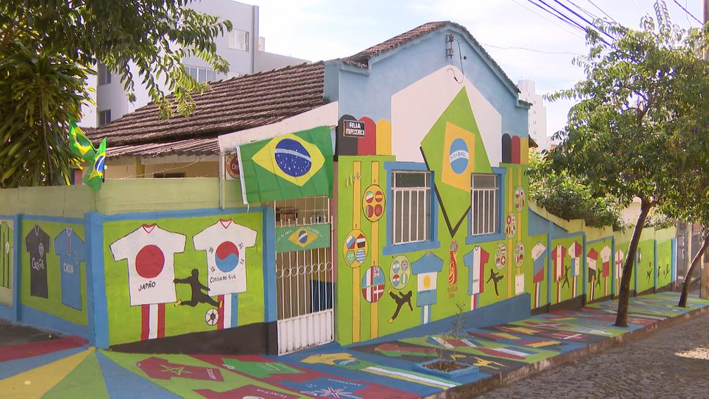 -  José da Silva, de 60 anos, pintou todas as 32 seleções participantes da Copa do Mundo de 2018 nos muros e calçadas de casa em Divinópolis  Foto: Repr