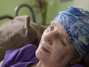 Com um câncer terminal, a enfermeira Martha Keochareon ofereceu-se para estudos de universitários (Foto: Ilana Panich-Linsman/The New York Times)