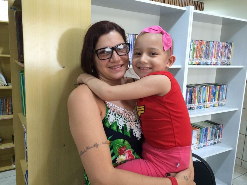 Ariadna e Millena vieram de Angra dos Reis. A menina passa por tratamento de leucemia no Hospital do Fundão. (Foto: Cristina Boeckel/ G1)