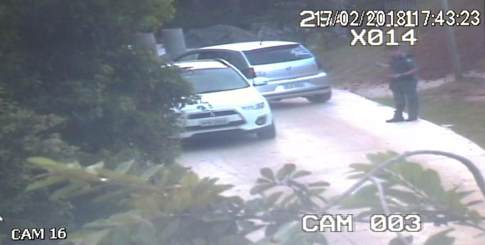 Abordagem da polícia no Morro do Moreno (Foto: Reprodução/ TV Gazeta)