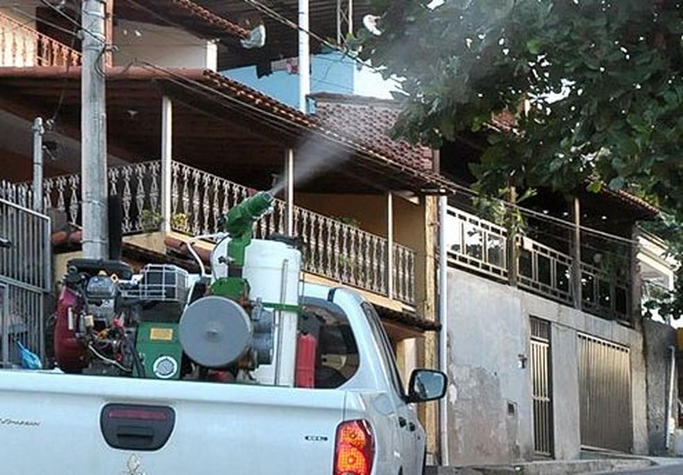 Carro fumacê para combater o mosquito Aedes aegypti — Foto: TV Globo/ Reprodução