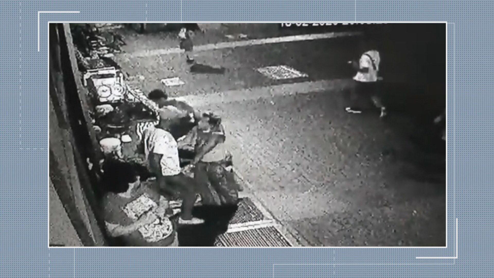 Casal de artesãos é preso após homem morrer esfaqueado na Praça Sete, em BH