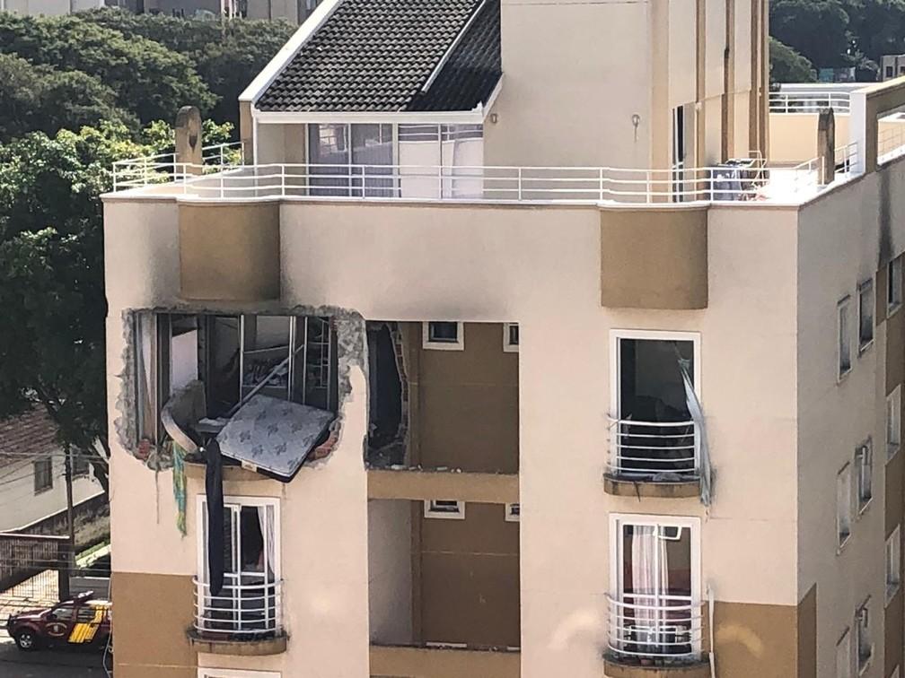 O apartamento que explodiu e em seguida pegou fogo fica no 6º andar do prédio — Foto: Amanda Menezes/RPC