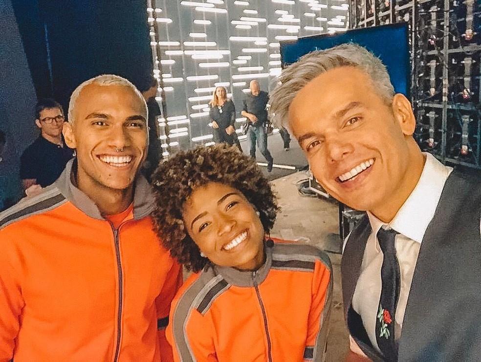 Renan e Sarah, primeiros desafiantes do 'Tá Brincando', com o apresentador Otaviano Costa — Foto: Reprodução / Instagram