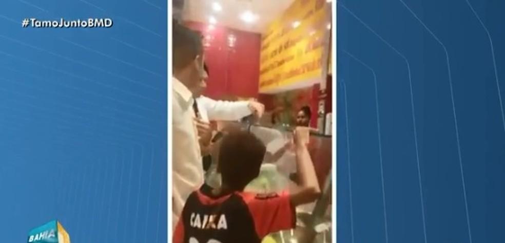 Segurança de shopping tentou impedir que cliente pagasse almoço para o menino (Foto: Reprodução/ TV Bahia)