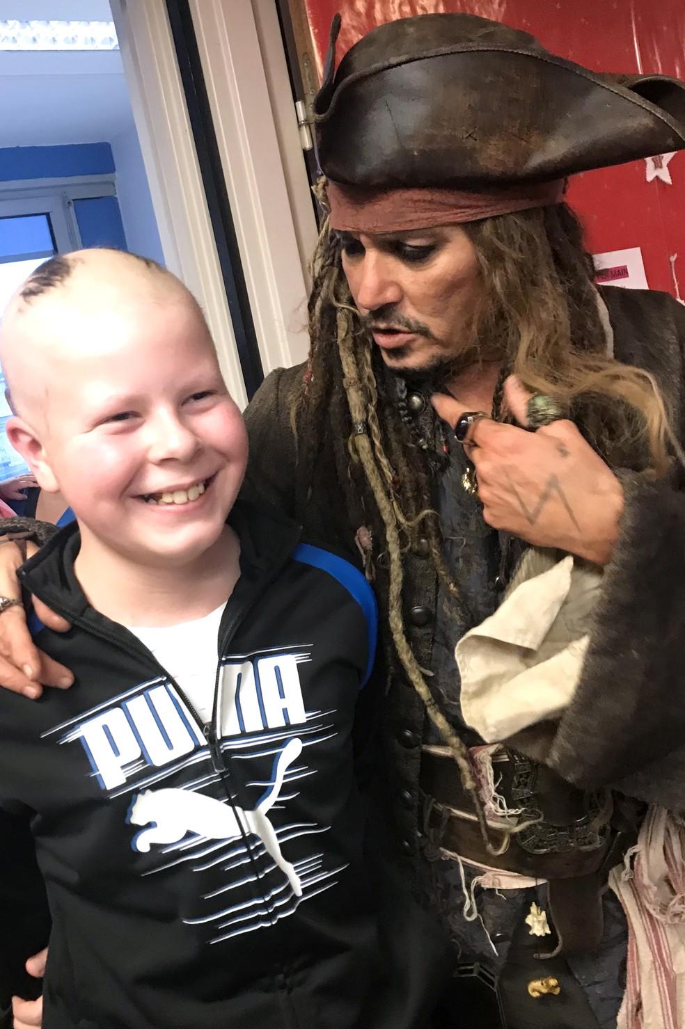 Johnny Depp, vestido como Jack Sparrow, visita crianças em tratamento contra câncer em hospital de Paris — Foto: HO / INSTITUT CURIE / AFP