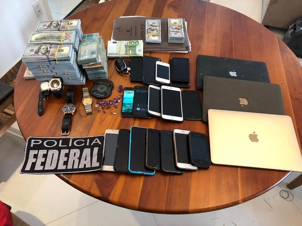 Objetos apreendidos em operação da Polícia Federal contra lavagem de dinheiro do tráfico em São Paulo.  — Foto: Divulgação/Polícia Federal