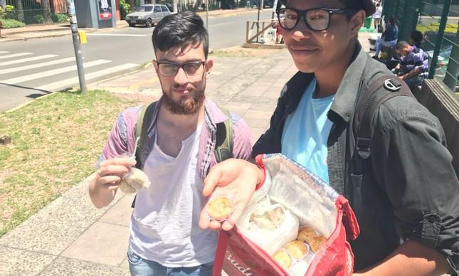 Pedro Santos de Melo e Mikael Germano Caetano vendem empadas em frente a local de prova do Enem