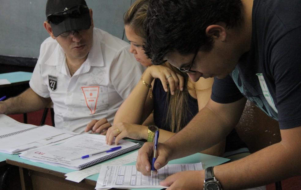 Mesários fazem as últimas anotações ao final do pleito em Taubaté, nas eleições de 2016 — Foto: Carlos Santos/G1
