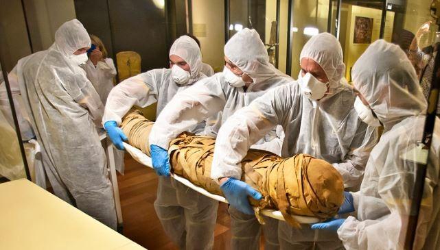 Os cadáveres foram submetidos a exames de tomografia no Hospital Universitário Quirónsalud (Foto: Divulgação/Museu Arqueológico Nacional de Madrid (MAN))
