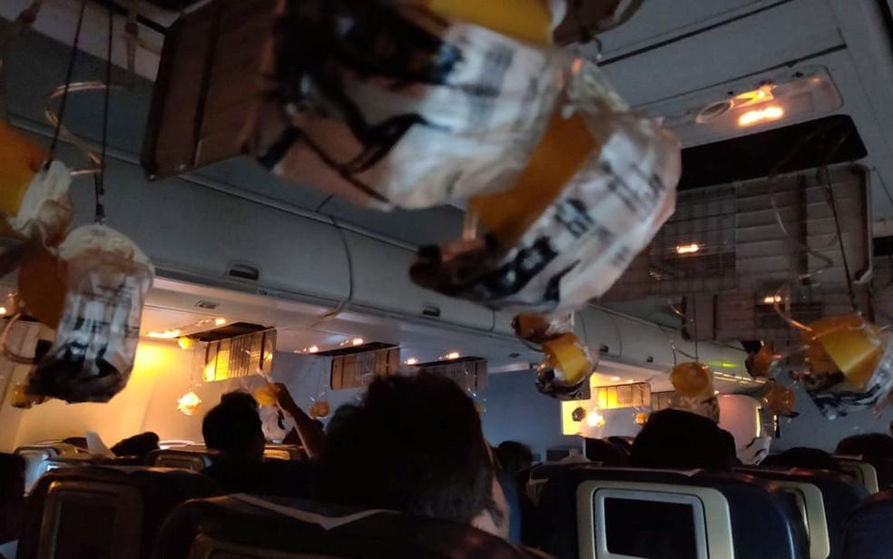 Máscaras de oxigênio são liberadas após uma queda de pressão na cabine em voo da Jet Airways, em Mumbai, na Índia, na quinta-feira (20) — Foto: Melissa Tixiera via Reuters