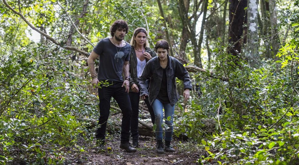 Narciso e Luzia ajudam Manuela a fugir da emboscada tramada por Juarez (Foto: Globo/João Cotta)