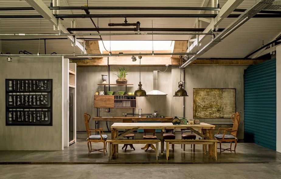 Cozinha | A madeira de demolição dá o tom ao projeto arrojado, com iluminação zenital e uma pegada industrial, criado pelo arquiteto Kaio Chahad