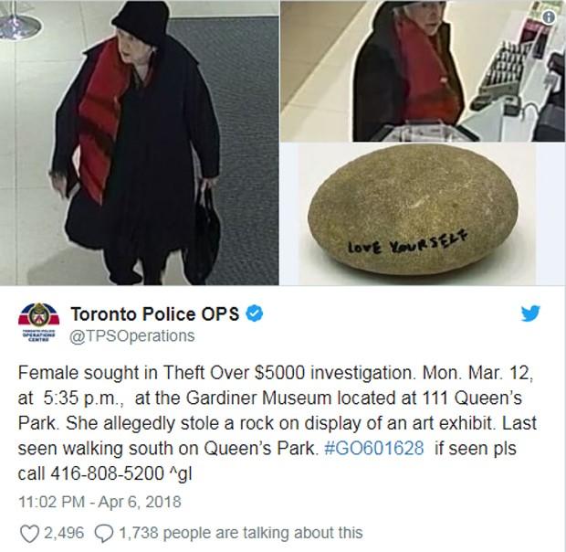Idosa teria roubado pedra de exposição de Yono Ono (Foto: Reprodução / Twitter)