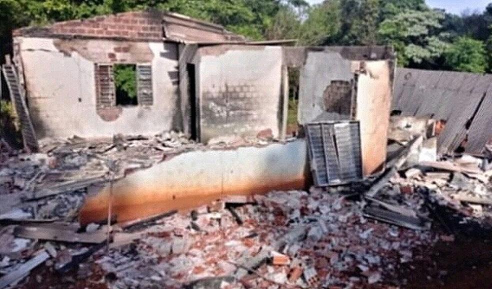 Casa do cacique foi incendiada  — Foto: Arquivo pessoal