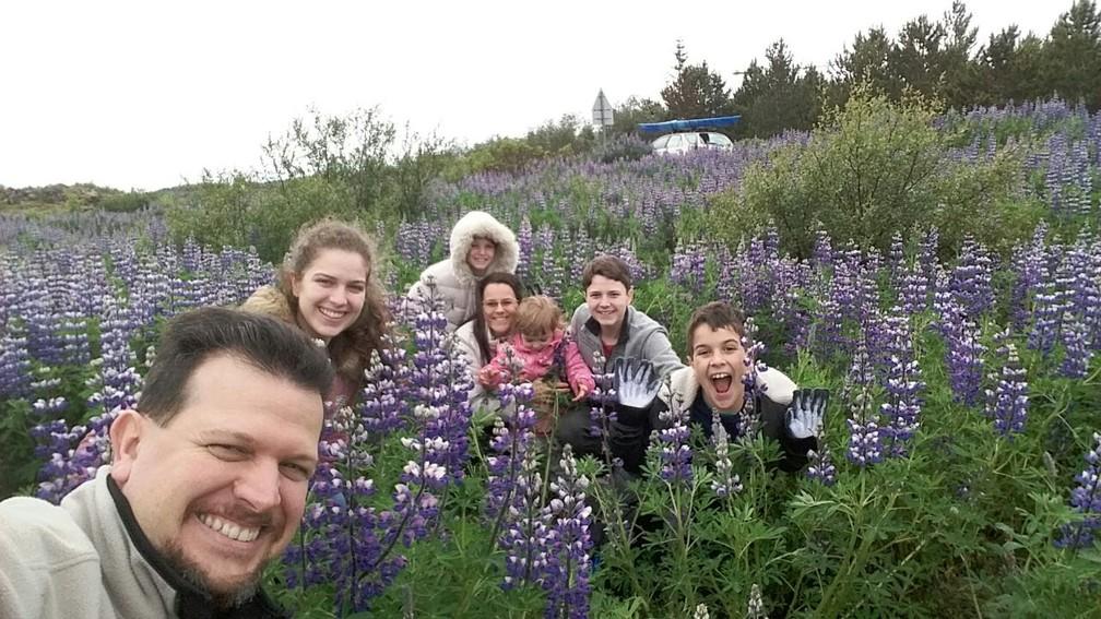 Beatriz e a família em um campo de flores na Islândia (Foto: Beatriz Ladeira/Arquivo pessoal)