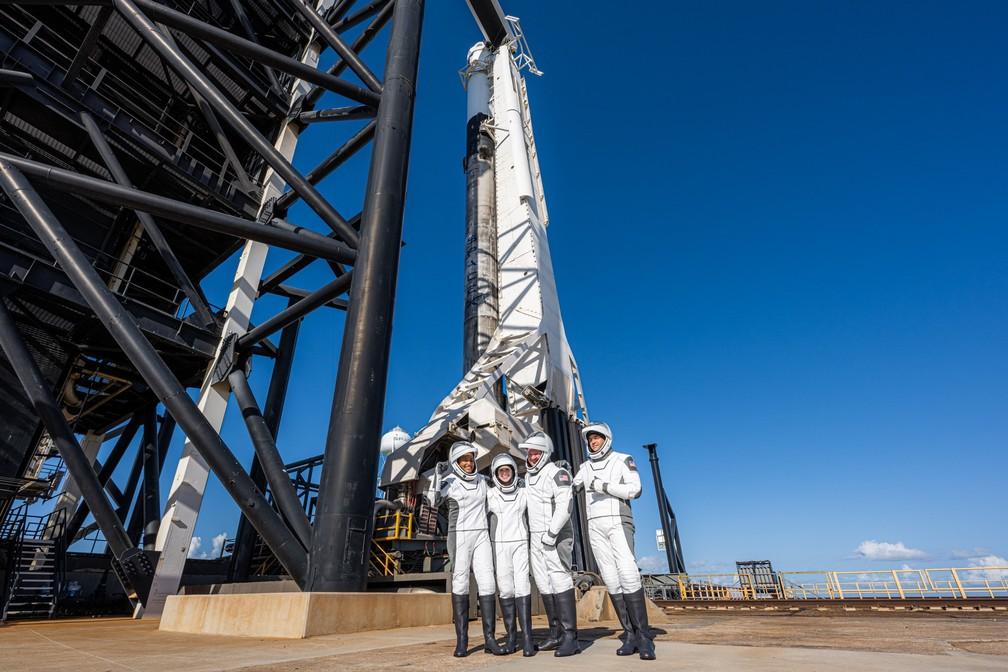 Tripulação da Inspiration4 ao lado do foguete Falcon 9, da SpaceX — Foto: Reprodução/Twitter/Inspiration4