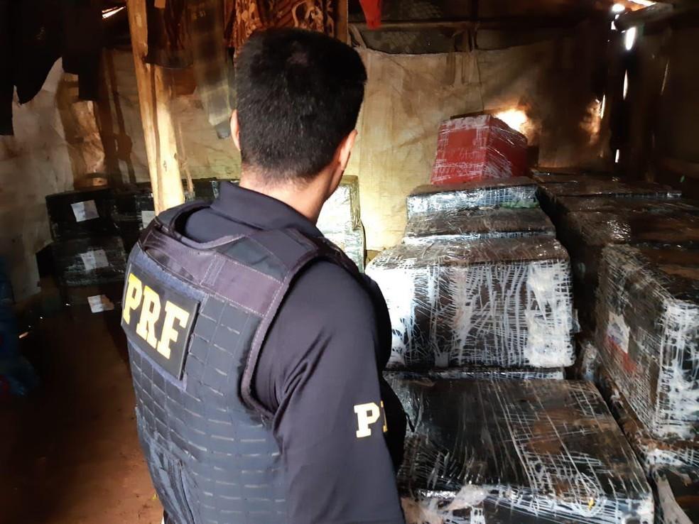 No barracão construído com sobras de madeiras foram encontrados vários fardos de cigarro, essência de narguilé, drones e pneus, entre outros produtos trazidos ilegalmente do Paraguai — Foto: PRF/Divulgação
