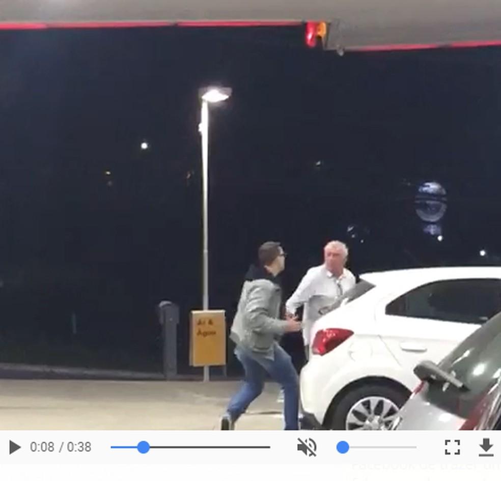 Video que circula no WhatsApp diz que homem agredido em posto é Antonio Fagundes (Foto: Reprodução/ WhatsApp)