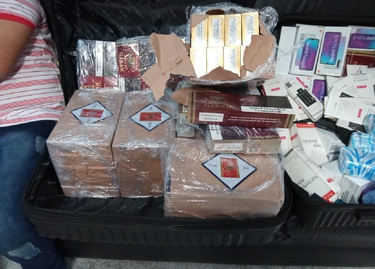 PF apreende malas com celulares, baterias e cigarros sem documentação fiscal no Aeroporto do Recife