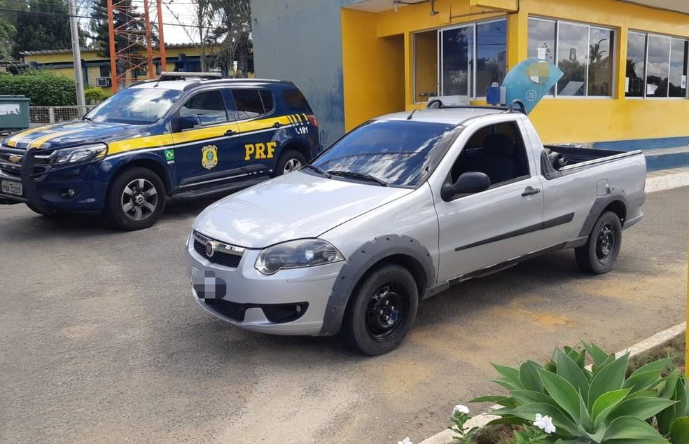 Caminhonete roubada foi recuperada no Agreste de Pernambuco — Foto: PRF/Divulgação