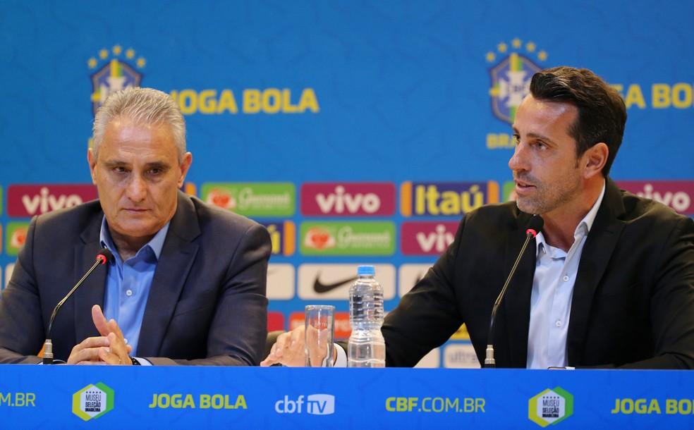 Tite ao lado de Edu Gaspar na coletiva da Seleção — Foto: REUTERS/Sergio Moraes