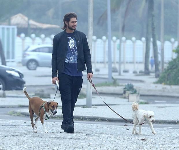 Rafael Vitti passeia com seus cachorros (Foto: AgNews)