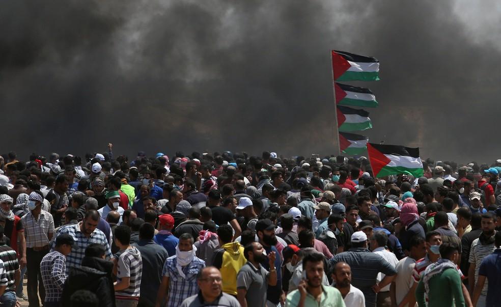 -  Manifestantes protestam na Faixa de Gaza, perto da fronteira com Israel, nesta segunda-feira  14 , dia em que Israel completa 70 anos e em que os EUA