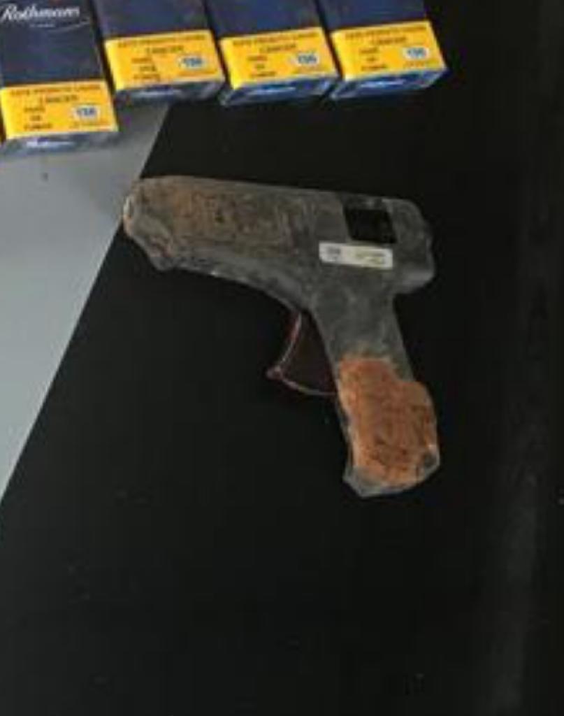 Ladrão é preso após assaltar supermercado com pistola de cola quente - Noticias
