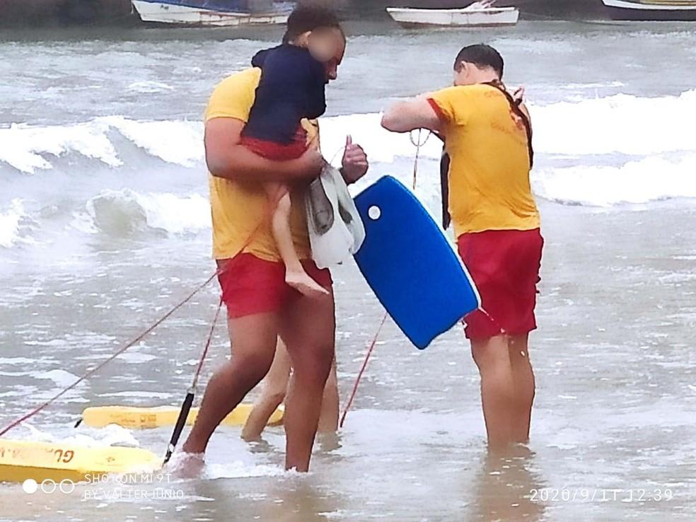 Crianças foram salvas por bombeiros em Guarujá, SP — Foto: Divulgação/GBMar