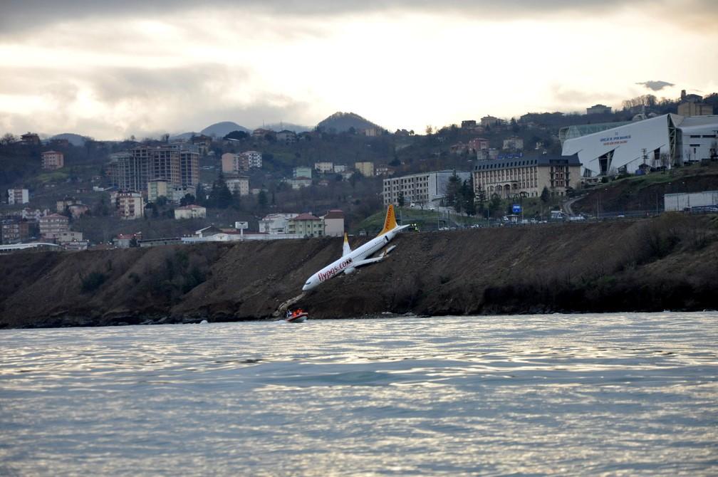 Avião da Pegasus Airlines caído em barranco após deslizar na pista em Trabzon (Foto: Muhammed Kacar/Dogan News Agency/Reuters)