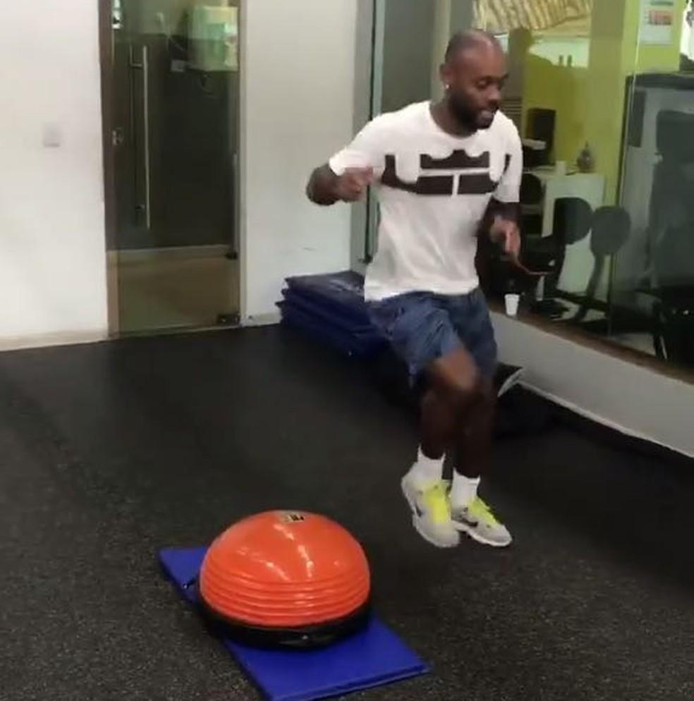 Vagner Love treina no Rio de Janeiro antes de retornar à Turquia (Foto: Reprodução)