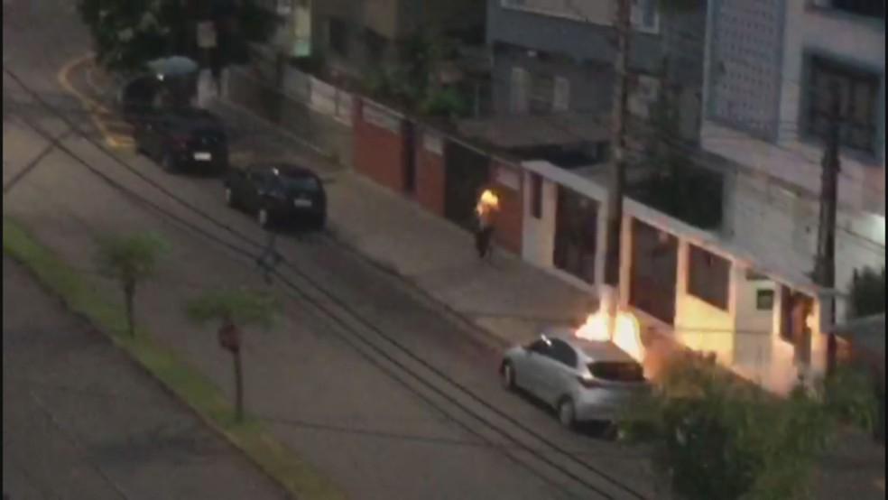 Homem ateia fogo em morador de rua em Santos (SP) — Foto: Reprodução