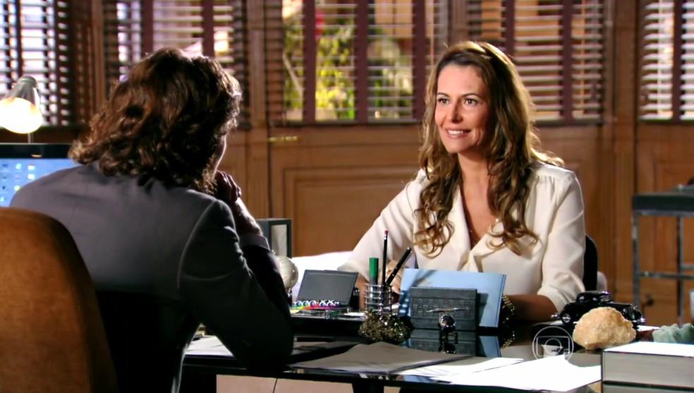 Yvete (Patrícia Naves) segue as ordens de Alberto (Igor Rickli) e investiga Duque (Jean Pierre Noher) - 'Flor do Caribe' — Foto: Globo