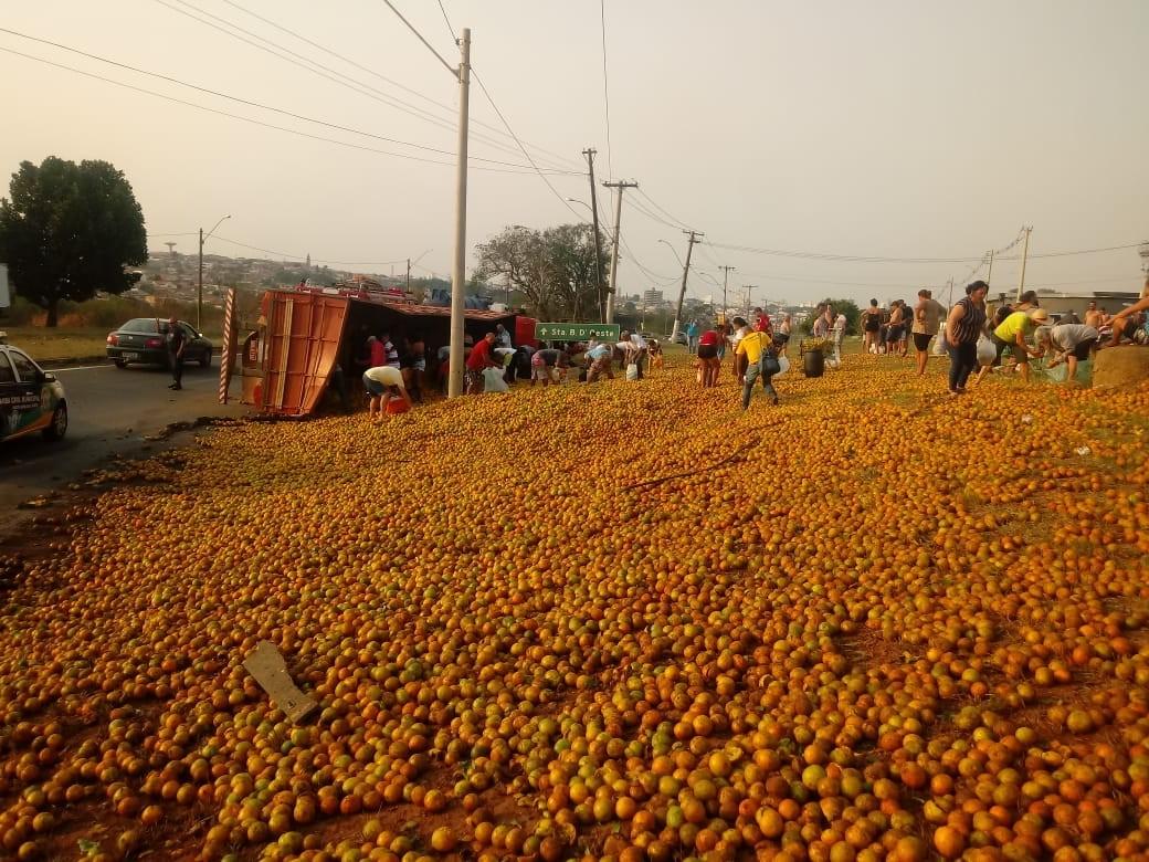 Caminhão tomba em rodovia de Santa Bárbara d'Oeste e espalha carga de  laranjas em canteiro - Notícias - Plantão Diário