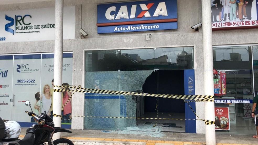 Caixas eletrônicos da Caixa Econômica Federal também foi alvo de criminosos (Foto: Italo Di Lucena/Inter TV Cabugi)