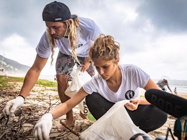 Caio Vaz e Isabella Santoni limpam a praia (Foto: Divulgação)