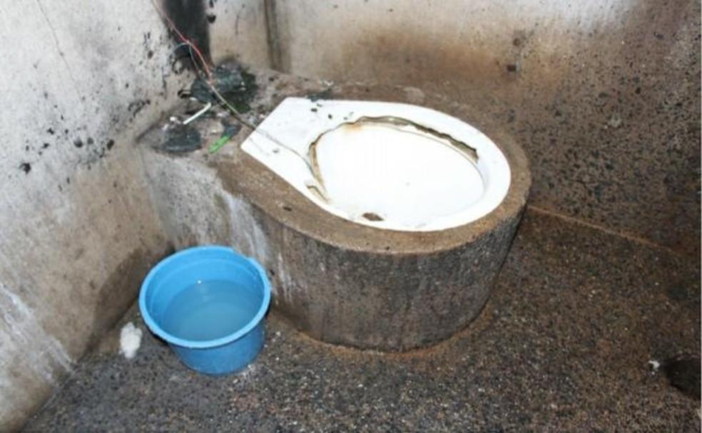 Presos armazenam água em baldes porque fornecimento é regrado — Foto: Reprodução