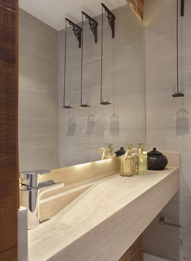 O lavabo tem na bancada o mesmo padrão do piso da área social. (Foto: Denilson Machado/ MCA Estúdio/Divulgação)