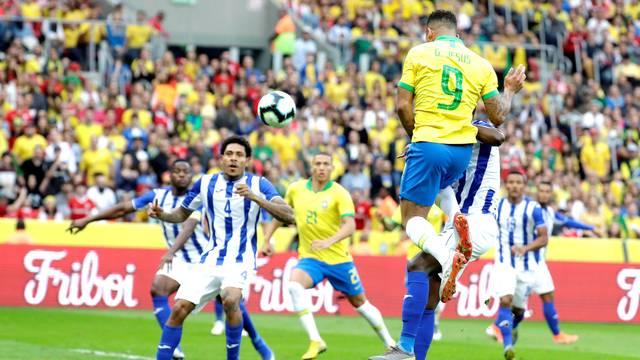 Gabriel Jesus sobe para marcar o primeiro gol da Seleção em Porto Alegre