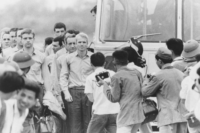 Durante cinco anos, McCain sofreu diversos tipos de torturas no período em que passou como prisioneiro de guerra (Foto: Getty Images)