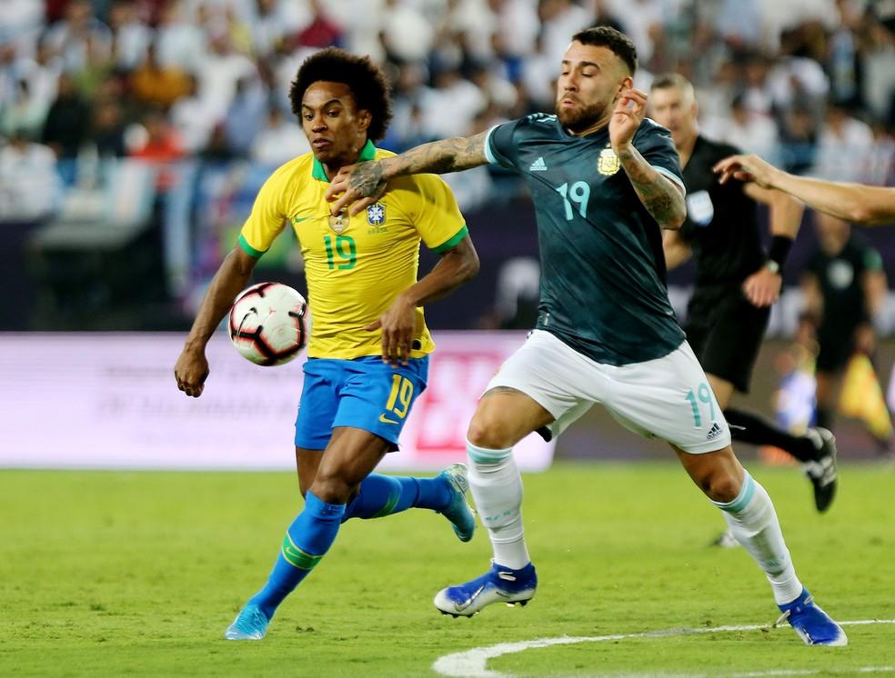Willian disputa com Otamendi em mais uma atuação ruim da Seleção — Foto: Reuters