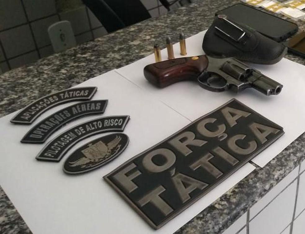 Um revólver foi apreendido com um dos suspeitos de tráfico de drogas — Foto: Divulgação Polícia Militar do Piauí