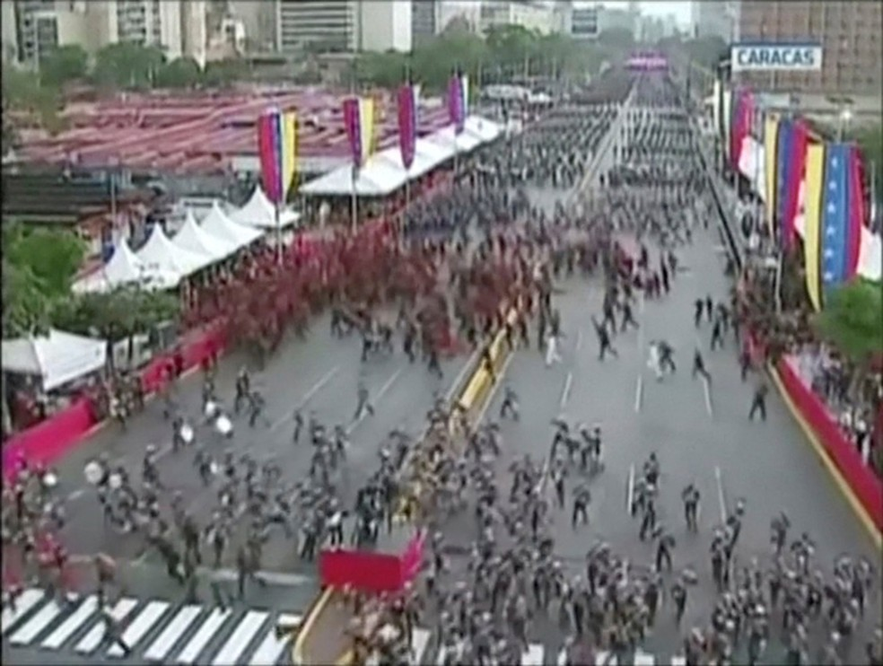 Imagem retirada da transmissão da TV estatal venezuelana mostra o momento em que centenas de militares desfazem a formação na parada militar em Caracas interrompida durante discurso de Maduro (Foto: VTV/Handout via REUTERS)