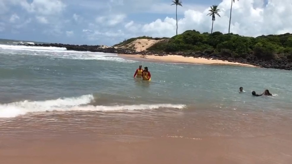 Adolescente se afogou na praia de Barra de Camaratuba, em Mataraca, PB nesta terça-feira (13) (Foto: Walter Paparazzo/G1)