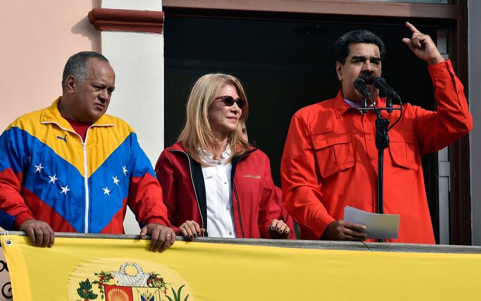 O presidente da Venezuela, Nicolás Maduro, fala da sacada do Palácio Miraflores, em Caracas, ao lado de sua mulher, Cilia Flores, e do presidente da Assembleia Constituinte, Diosdado Cabello, na quarta-feira (23) — Foto: Luis Robayo/AFP