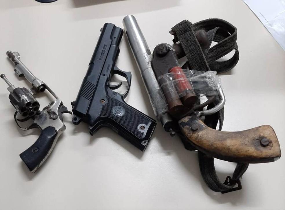 Trio é preso após ser flagrado com armas em veículo na BA; um dos envolvidos é suspeito de tráfico de drogas e homicídio  — Foto: SSP-BA/Divulgação