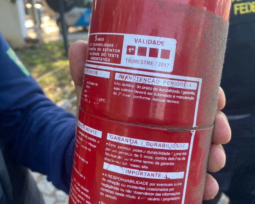 Extintor de incêndio de veículo apreendido estava vencido há 4 anos — Foto: Divulgação/ANTT
