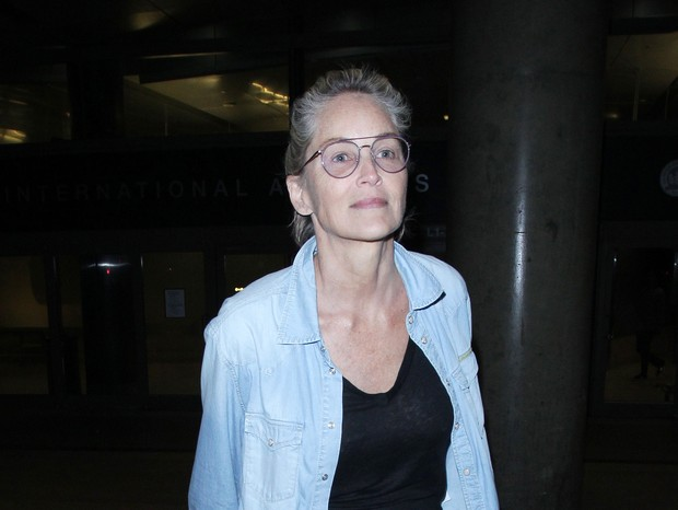 Photo © 2018 The Image Direct/The Grosby Group10/08/2018 EXCLUSIVESharon Stone is spotted arriving to Los Angeles International Airport. The 60 year old actress made her way through the terminal wearing a denim shirt, black blouse, baggy khaki trous (Foto: The Image Direct/The Grosby Grou)