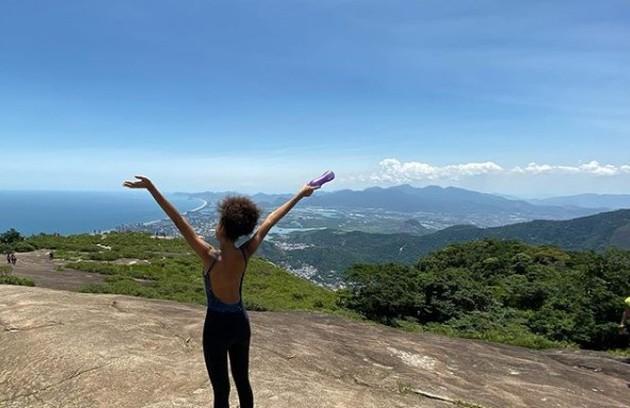 Bruna Inocencio, a Alice da trama das 19h, está de férias no Rio de Janeiro e aproveitou para fazer a trilha da Pedra Bonita, na Zona Sul da cidade (Foto: Reprodução)